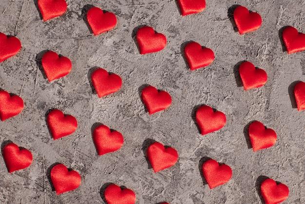Carte sullo sfondo in legno, una carta decorata con nastri, san valentino