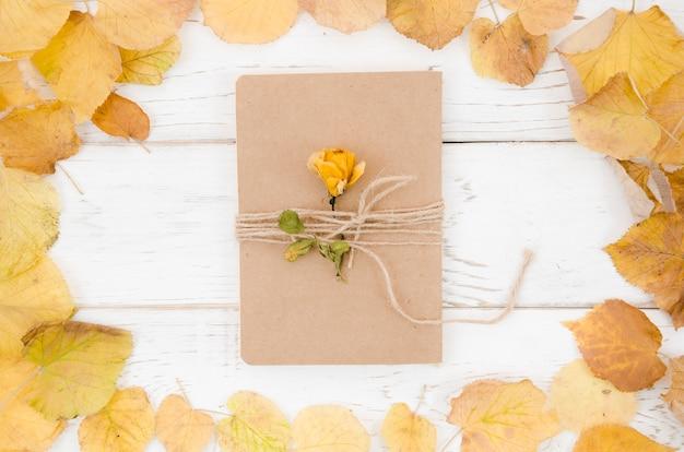 Cartella vista dall'alto con cornice foglie autunnali