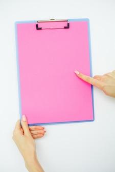 Cartella vuota con carta rosa, mano che tiene cartella e maniglia su bianco