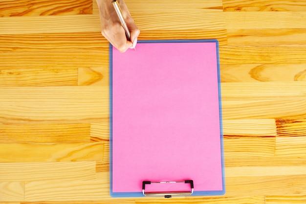 Cartella vuota con carta rosa. mano che tiene cartella e maniglia