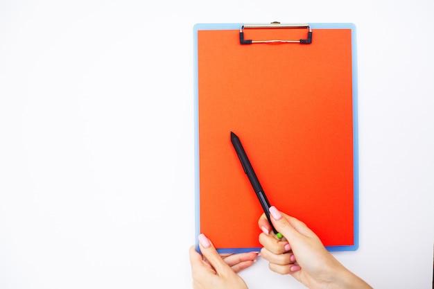 Cartella vuota con carta rossa. passi quella cartella e penna della tenuta su fondo bianco. copyspace.