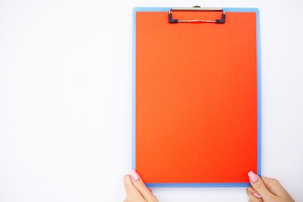 Cartella vuota con intervallo di carta. passi quella cartella della tenuta e gestisca su fondo bianco. copyspace
