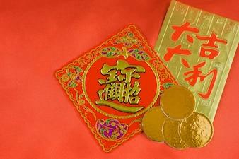 Cartellino rosso e oro con alcune monete