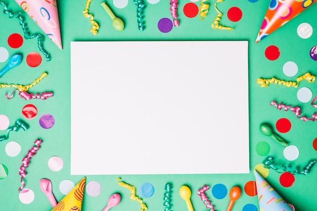 Cartello bianco decorato con articoli di compleanno su sfondo verde
