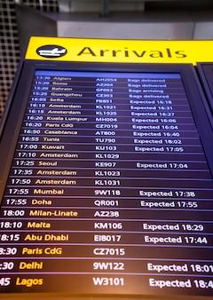Cartello di arrivo e di partenza del volo in aeroporto