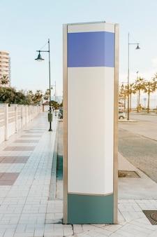 Cartello moderno vuoto sul bordo della strada