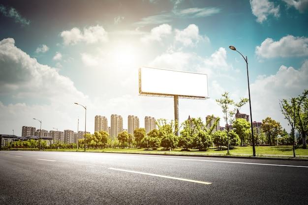 Cartellone bianco per poster pubblicitari esterni o cartelloni pubblicitari in bianco durante la notte per la pubblicità. illuminazione stradale