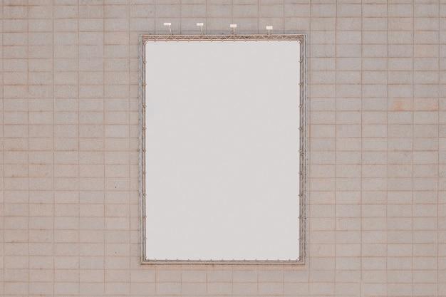 Cartellone bianco sul muro