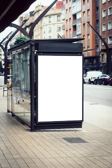 Cartellone bianco sulla fermata dell'autobus