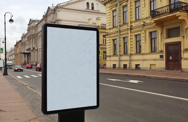 Cartellone bianco sulla strada della città