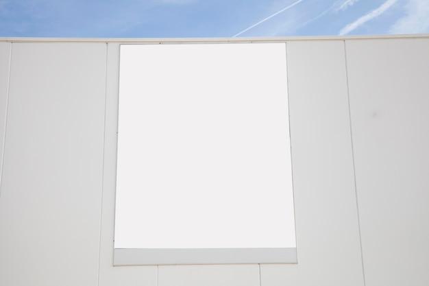Cartellone pubblicitario bianco vuoto sulla parete
