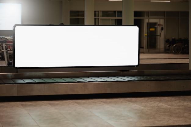 Cartellone pubblicitario vuoto all'aeroporto.