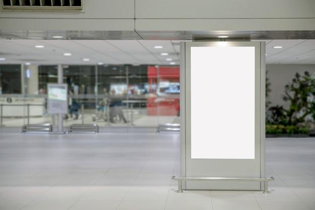 Cartellone pubblicitario vuoto di media digitali in aeroporto
