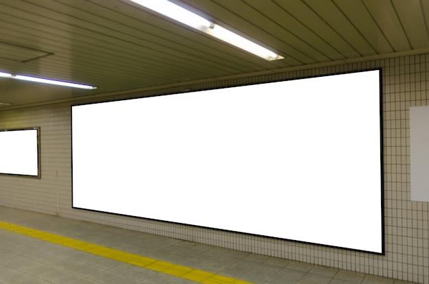 Cartellone pubblicitario vuoto sul muro