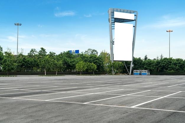 Cartelloni pubblicitari all'aperto nel parcheggio
