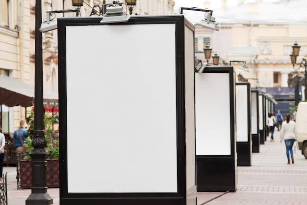 Cartelloni pubblicitari in bianco sulla strada della città