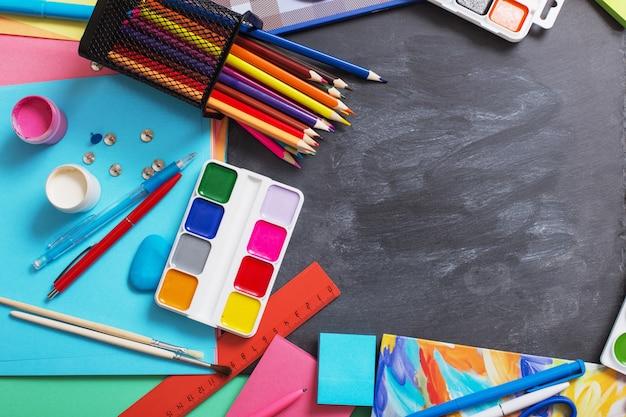 Cartoleria della scuola sulla lavagna del fondo
