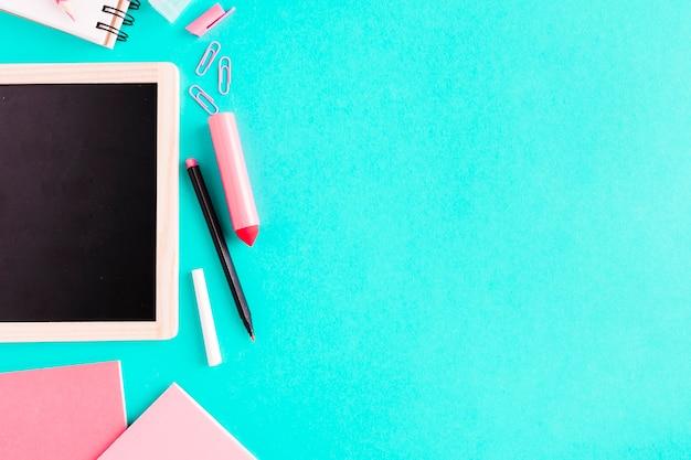Cartoleria rosa sul tavolo