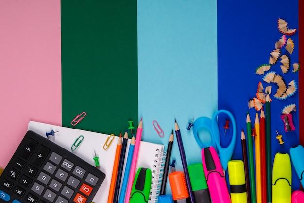 Cartoleria scuola o ufficio su colorato. di nuovo a scuola.