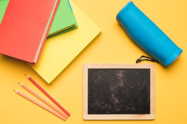 Cartoleria scuola su sfondo giallo
