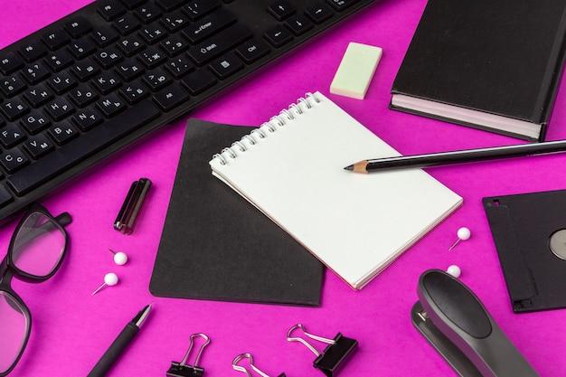 Cartoleria scuola su uno sfondo rosa. rifornimenti creativi di ritorno a scuola
