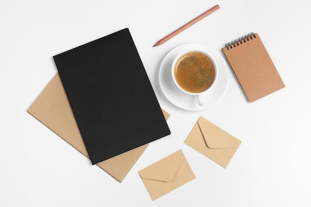 Cartoleria stile moderno hipster con vari articoli di carta, forniture per ufficio