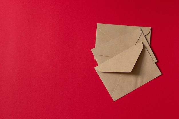 Cartolina. busta di carta marrone kraft.