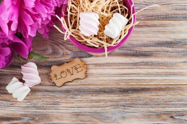 Cartolina con fiori di peonia, dolci