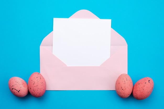 Cartolina d'auguri bianca in bianco di pasqua sulla busta