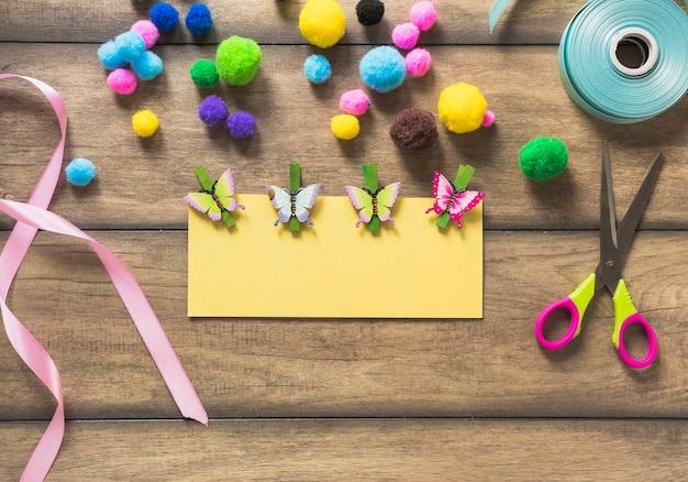 Cartolina d'auguri decorata con farfalla sul tavolo di legno