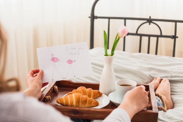 Cartolina d'auguri della holding della donna con ti amo l'iscrizione della mamma