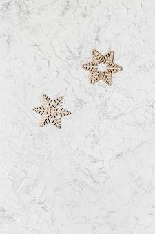 Cartolina d'auguri di buon natale e felice anno nuovo con fiocchi di neve in legno sulla superficie strutturata