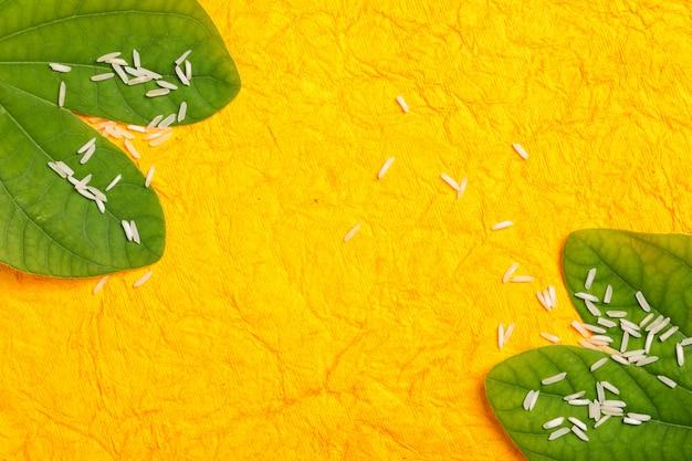 Cartolina d'auguri di felice dussehra, foglia verde e riso