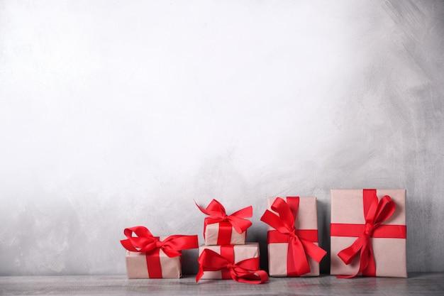 Cartolina d'auguri di san valentino o capodanno con doni su fondo in legno. con spazio per i saluti di testo