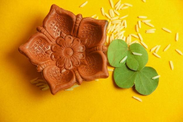 Cartolina d'auguri felice di dussehra, foglia verde e riso