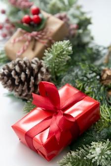 Cartolina d'auguri festiva, decorazioni di festa su fondo bianco con lo spazio della copia.