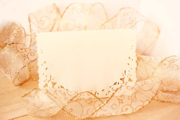 Cartolina d'auguri in bianco con decorazione di lusso