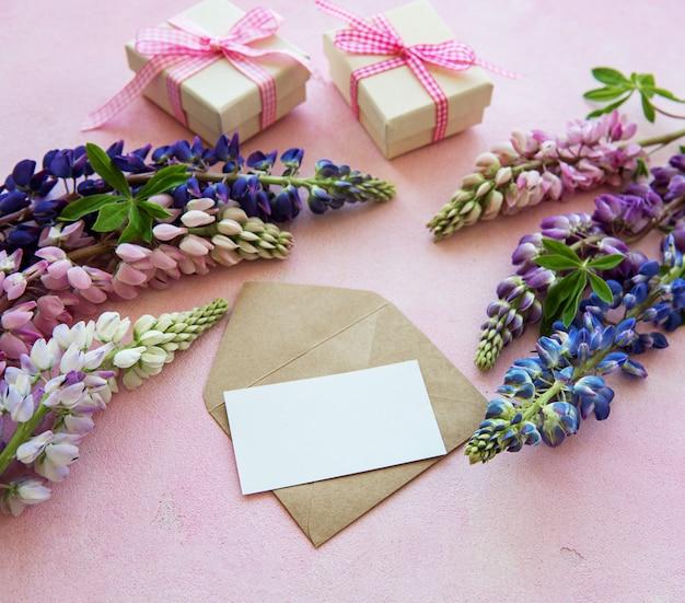 Cartolina d'auguri in bianco con i fiori del lupino