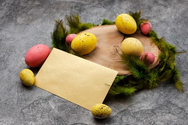Cartolina d'auguri in bianco di pasqua con uova colorate