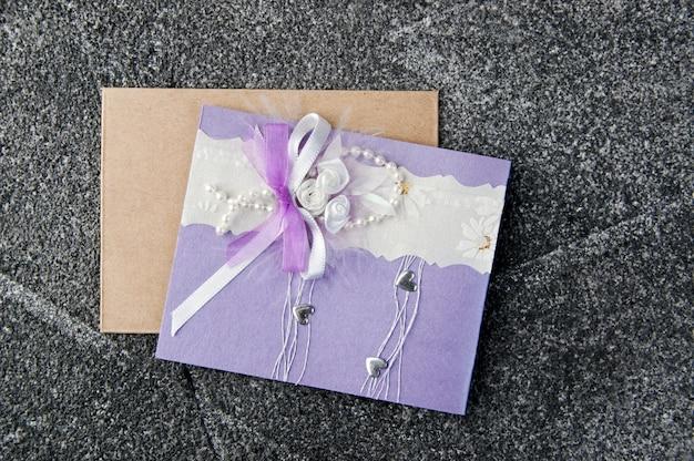 Cartolina d'auguri lilla e bianca su gray