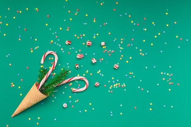 Cartolina di natale con bastoncini di zucchero nel cono della cialda