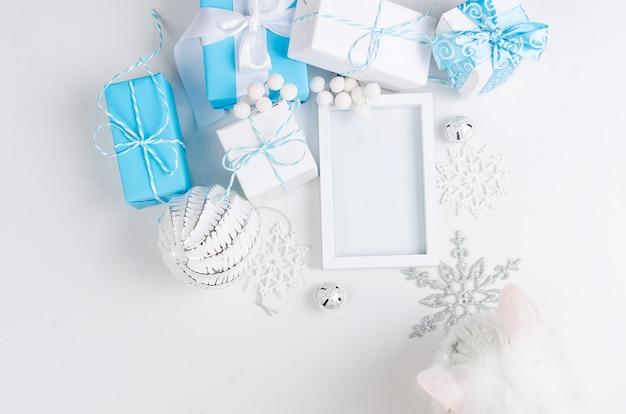 Cartolina di natale con bellissime decorazioni bianche e blu