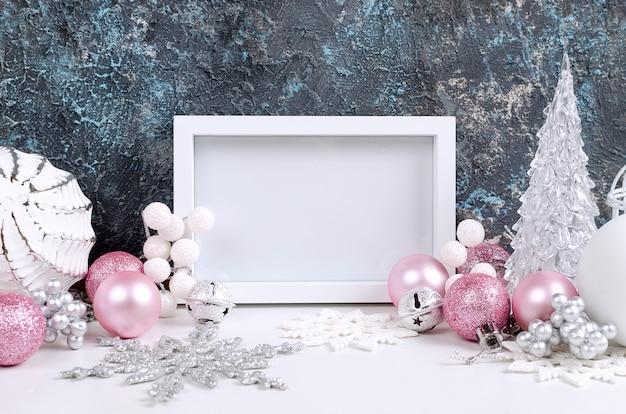 Cartolina di natale con bellissime decorazioni rosa e bianche