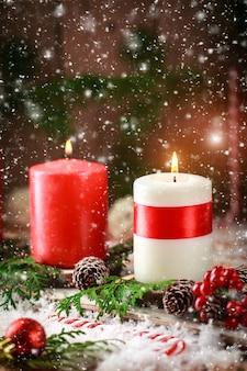 Cartolina di natale con candele accese e decorazioni