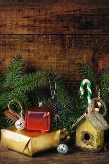 Cartolina di natale con scatola di nidificazione
