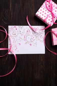 Cartolina rosa cuore e confezione regalo
