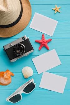 Cartoline piatte laici con il concetto di vacanza estiva