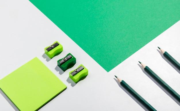 Cartoline post-it e strumenti scolastici con spazio di copia