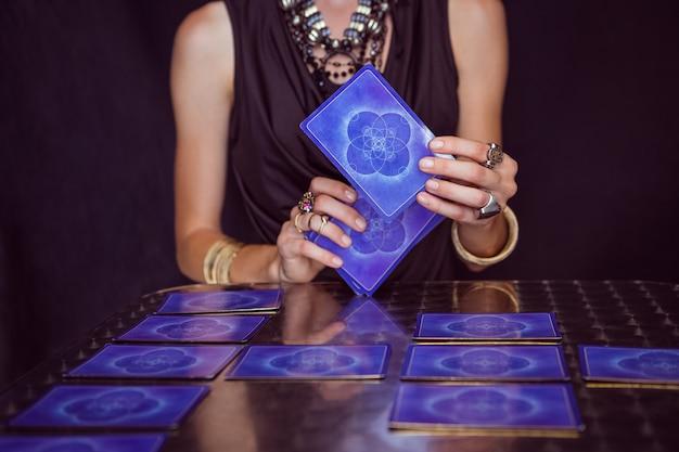Cartomante che prevede il futuro con le carte dei tarocchi