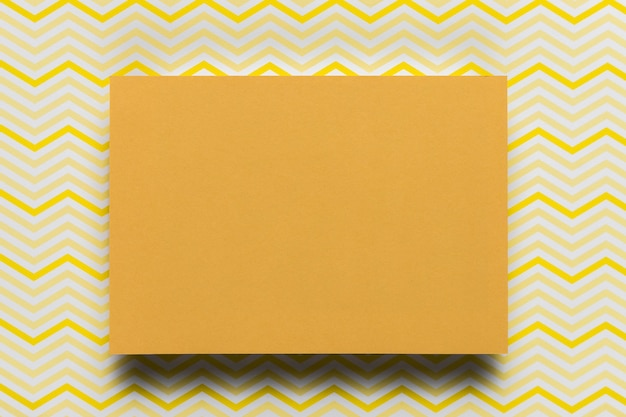 Cartone arancio con fondo del modello